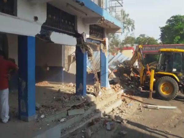 बिल्डिंग के बगल से बनाए गए सभी निर्माण तोड़े गए।