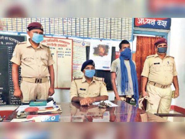 पिस्टल और गोली के साथ गिरफ्तार अपराधी। - Dainik Bhaskar