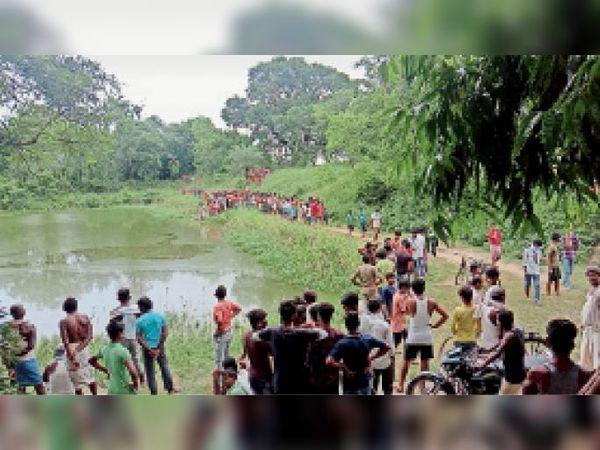 रसीदपुर में शव देखने के लिए लगी लोगों की भीड़। - Dainik Bhaskar