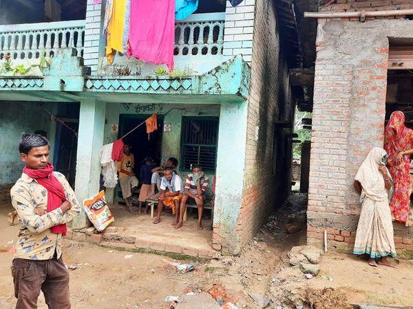 ये विकेश का घर है। उसके जाने से बस घरवाले ही नहीं बल्कि पूरा गांव उदास हो गया है।
