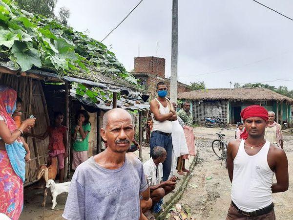 बहुत से लोग काम करनेे नेपाल भी जाया करते थे, लेकिन अब सभी गांव में ही हैं। किसी के पास काम नहीं।