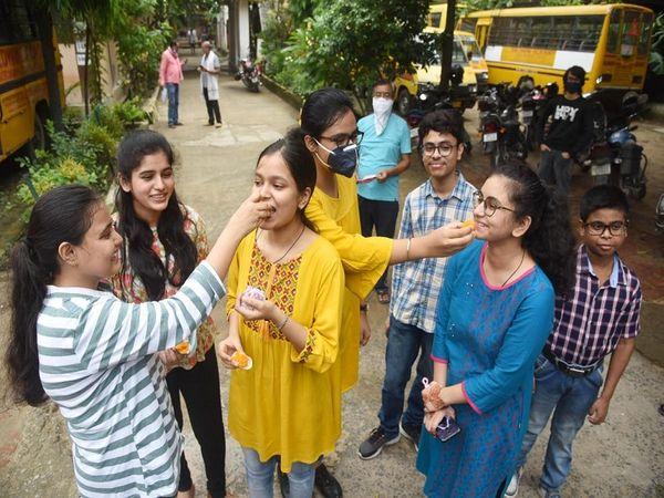 रिजल्ट आने के बाद एक दूसरे को मिठाई खिलाकर जश्न मनाती छात्राएं। - Dainik Bhaskar