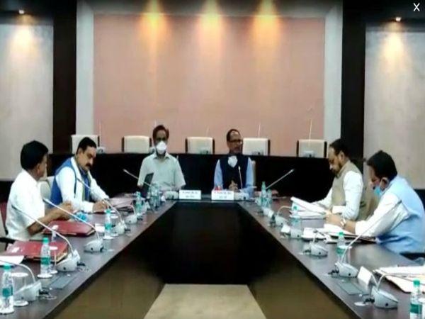 मुख्यमंत्री शिवराज सिंह चौहान ने मंत्रियों को विभागों का वितरण के बाद मंत्रालय (वल्लभ भवन एनेक्सी) में पहली बैठक बुलाई। - Dainik Bhaskar
