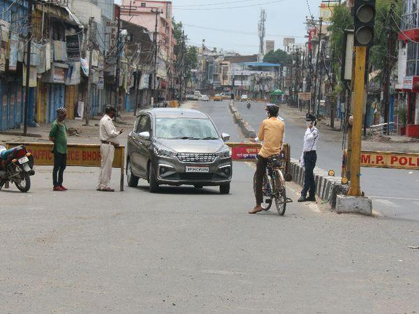भोपाल में रविवार को टोटल लॉकडाउन रहा। इस दौरान बेवजह घूमने वालों को रोका गया और उन्हें वापस किया गया।