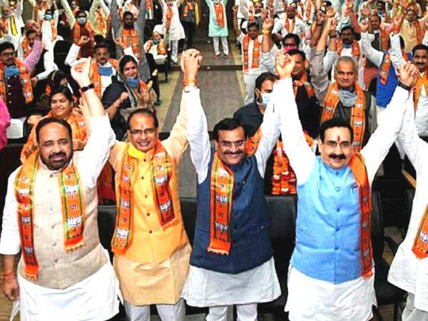 बाएं से- गोपाल भार्गव, सीएम शिवराज सिंह, प्रदेश भाजपा प्रमुख वीडी शर्मा और नरोत्तम मिश्रा। 2 जुलाई को शिवराजमंत्रिमंडल विस्तार में 28 मंत्रियों ने शपथ ली थी। इनमें 9 सिंधिया खेमे से हैं। 3 कांग्रेस छोड़कर आने वाले नेता हैं। भाजपा के 16 विधायक मंत्री बने थे। -फाइल फोटो - Dainik Bhaskar