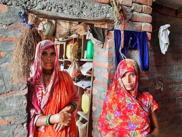 लालबंदी की महिलाएं भी अब डरी और सहमी हुई हैं। इनमें से अधिकतर नेपाली हैं, जो शादी के बाद भारतीय हो गईं।