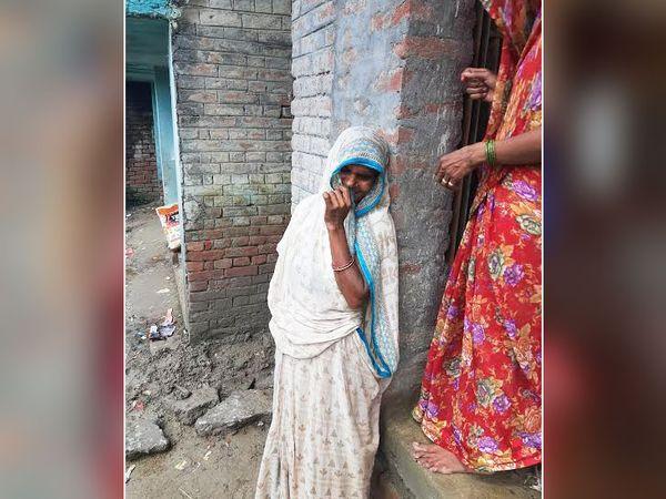 विकेश की मां कैमरा देखते ही रोने लगीं। बोलीं, मेरा बबुआ बिना गलती के मारा गया।