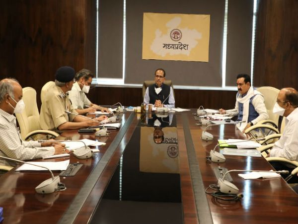 मुख्यमंत्री शिवराज सिंह चौहान ने गृह मंत्री नरोत्तम मिश्रा, मुख्य सचिव और डीजीपी के साथ कानून व्यवस्था की समीक्षा की। - Dainik Bhaskar