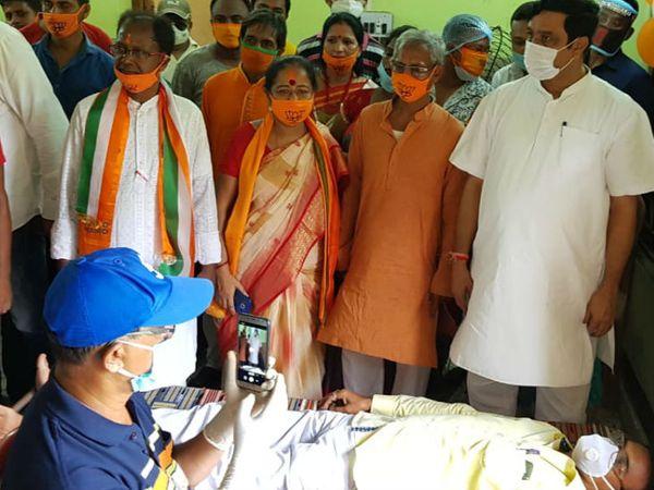 तस्वीर रविवार की है। हुगली जिले में भाजपा कार्यकर्ताओं ने रक्तदान शिविर का आयोजन किया था।