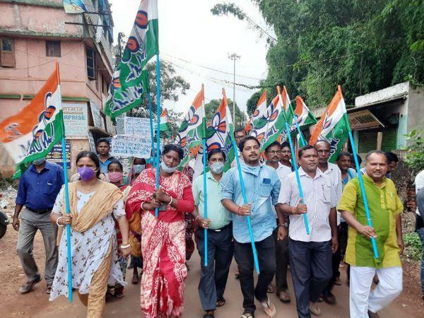 तस्वीर 6 जुलाई की है। जब टीएमसी कार्यकर्ताओं ने झारग्राम जिले में पेट्रोल-डीजल की बढ़ती कीमतों को लेकर केंद्र सरकार के खिलाफ प्रदर्शन किया था।