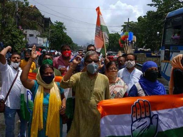 तस्वीर 7 जुलाई की है। दक्षिण कोलकाता के रासबिहारी चौराहे पर कांग्रेस और वामदल ने मिलकर महंगाई व पेट्रोल-डीजल की कीमतों को लेकर विरोध प्रदर्शन किया था।