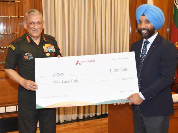 चीफ ऑफ डिफेंस स्टाफ जनरल बिपिन रावत को दो लाख रुपए का चेक सौंपते मेजर डीपी सिंह। यह राशि उन्होंने इंडियन आर्मी के वेलफेयर फंड में डोनेट की।