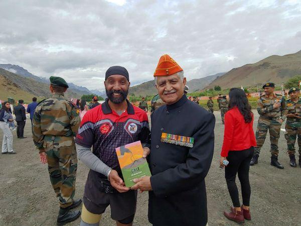 मेजर डीपी सिंह अपनी किताब ग्रीट द मेजर स्टोरी पूर्व आर्मी चीफ जनरल वीपी सिंह को भेंट करते हुए। वीपी सिंह करगिल युद्ध के दौरान सेना प्रमुख थे।