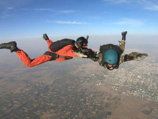 फोटो पिछले साल की है। करगिल युद्ध के नायक रहे मेजर डीपी सिंह ने नासिक में पहली बार सफल स्काई डाइविंग की।