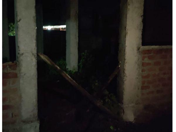 लॉकडाउन के कारण इस निर्माणाधीन मकान में काम नहीं हो रहा है। सौरभ दोस्तों के साथ इसी मकान में खेलते समय टैंक में गिर गया था।