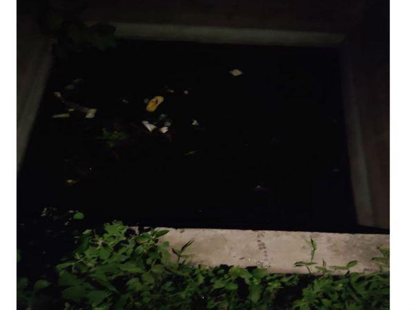गांधी नगर में इसी सेप्टिक टैंक में भरे पानी में 6 साल का सौरभ गिर गया था। - Dainik Bhaskar