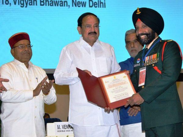2018 में डीपी सिंह को दिव्यांगजन सशक्तिकरण राष्ट्रीय पुरस्कार देते हुए उपराष्ट्रपति वेंकैया नायडू।