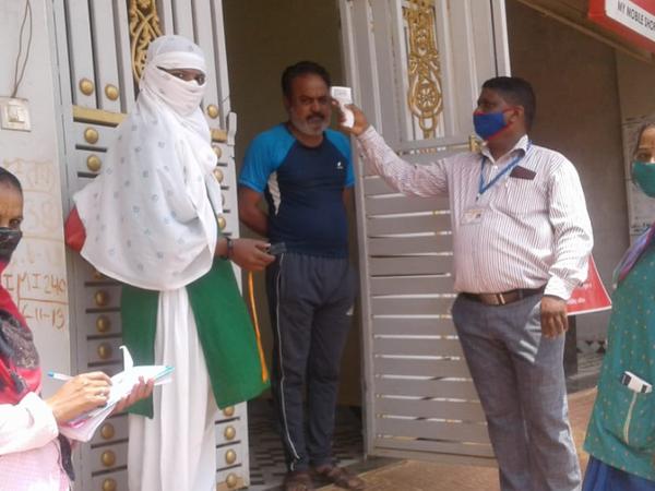स्वास्थ्य विभाग की टीम किल कोरोना अभियान के तहत घर-घर जाकर लोगों का परीक्षण कर रही है। - Dainik Bhaskar