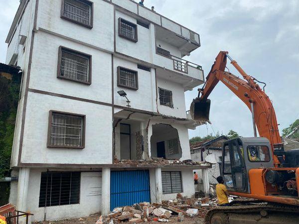 प्रशासन ने मंगलवार को बच्चियों के यौन शोषण मामले में फरार चल रहे मुख्य आरोपी का एक और अवैध बिल्डिंग भोपाल के गिन्नौरी इलाके में गिरा दी। - Dainik Bhaskar