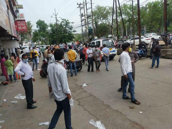 प्रशासन की इस कार्रवाई से दुकानदारों में नाराजगी भी नजर आई। उन्होंने प्रशासन के खिलाफ नारेबाजी भी की।