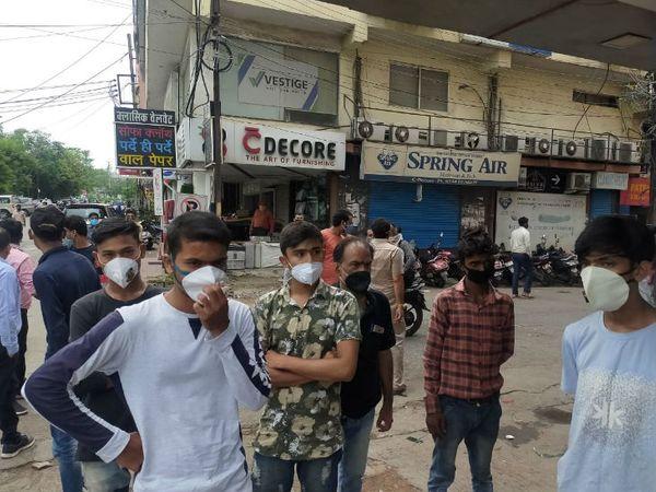 दुकानदारों का आरोप था कि सभी मास्क पहनकर कार्य कर रहे थे। बिना किसी पूर्व सूचना के यह कार्रवाई की गई है।