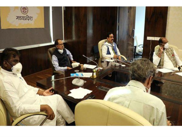 कोरोना को लेकर समीक्षा बैठक में शिवराज सिंह चौहान ने कहा कि इस बार त्योहार घर पर ही मनाना होंगे।