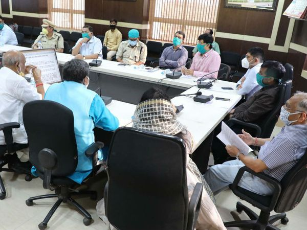 ग्वालियर में क्राईसेस मैनेजमेंट की बैठक में कोविड -19 के बढ़ते संक्रमण को देखते हुए शहर में 7 दिन के लिए संपूर्ण लॉकडाउन (कर्फ्यू) लागू करने का निर्णय लिया गया है। - Dainik Bhaskar