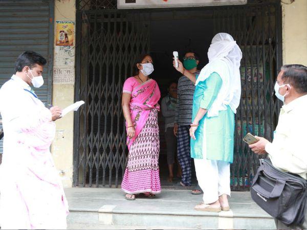 इंदौर में किल कोरोना अभियान के तहत 2 हजार 831 सर्वे दलों ने एक जुलाई से कुल 3 हजार 804 कोविड संदिग्धों की पहचान की।