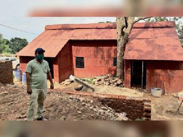 पुराने भवन को रेनोवेट करने का काम इन दिनों चल रहा है। - Dainik Bhaskar