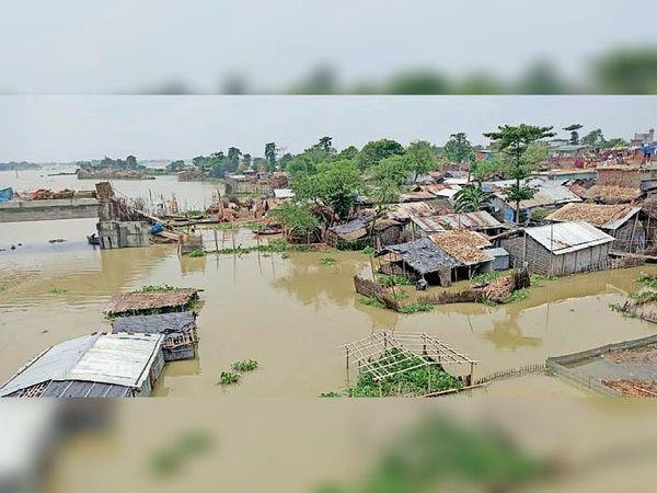 मंगलवार को फुलौत में बाढ़ के पानी में डूबे मकान, जिससे लोगों की परेशानी बढ़ गई है। - Dainik Bhaskar