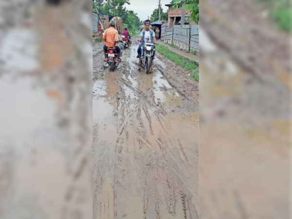 जदयू विधायक निरंजन मेहता के गांव की सड़क का हाल। - Dainik Bhaskar