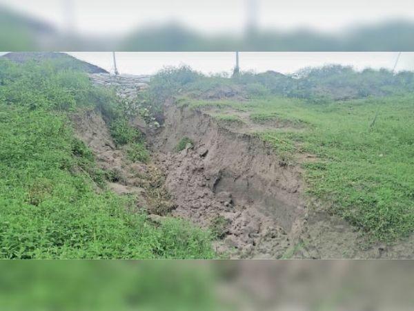 कोसी तटबंध में रामदत्तपट्टी नेमुआ के समीप बना बड़ा रेनकट। - Dainik Bhaskar