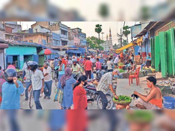 शंकर चौक स्थित सब्जी बाजार में मंगलवार को लॉकडाउन के दौरान दिखी मेले जैसी भीड़। - Dainik Bhaskar