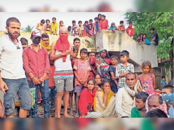घटना स्थल पर ग्रामीणों की भीड़। - Dainik Bhaskar