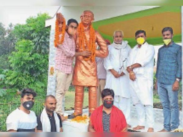 आदमकद प्रतिमा पर माल्यार्पण करने के बाद उपस्थित कविगण। - Dainik Bhaskar