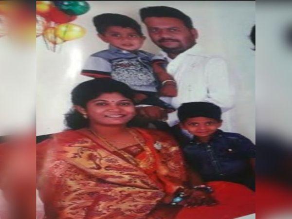 एक फाइल तस्वीर में अमोल जगताप अपनी पत्नी मयूरी, बेटे आदित्य और आयुष के साथ। - Dainik Bhaskar