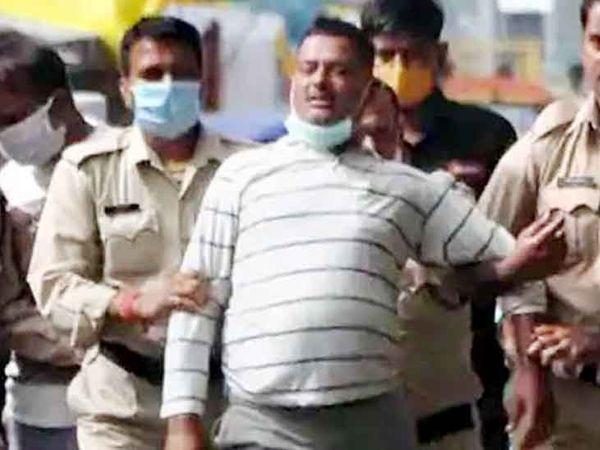 गैंगस्टर विकास दुबे की ये फोटो 9 जुलाई की है, जब उसे उज्जैन पुलिस ने महाकालेश्वर मंदिर से गिरफ्तार किया था। अगले ही दिन कानपुर ले जाते वक्त एनकाउंटर में विकास दुबे मारा गया। - Dainik Bhaskar