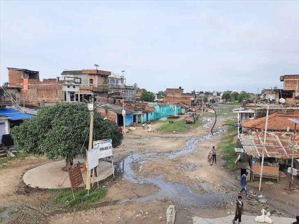 ये मधवापुर-मटिहानी है। यहां भारतीय और नेपाली आमने-सामने रहते हैं। बीच में नो मैन्स लैंड है।