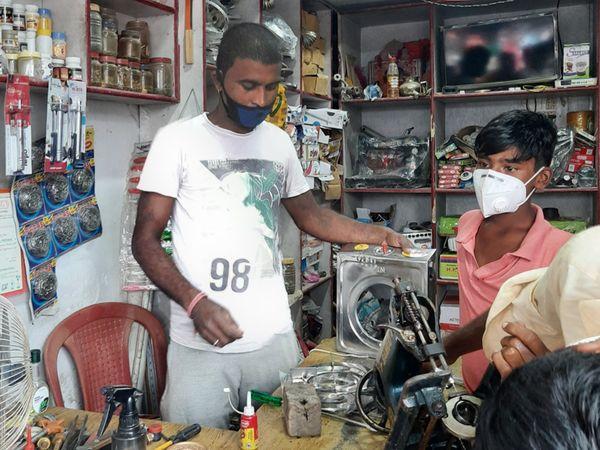 नेपाल के अजय कई सालों से भारत के मधवापुर में दुकान चला रहे हैं। उन्हें भारतीयों से कभी कोई दिक्कत नहीं हुई।