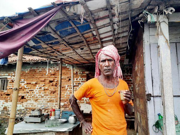 ये नेपाल के रामबीर सिंह हैं, जो पिछले कई सालों से वहां से भारत में दूध देने आते हैं।
