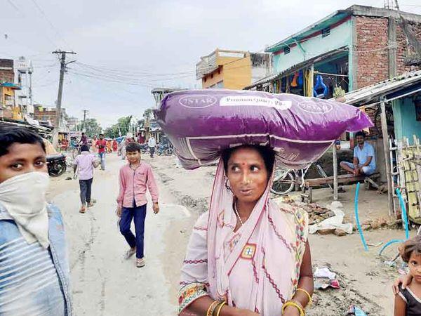 सिर पर चावल की कट्टी ले जाती नेपाली महिला। भारत मेंं यह कट्टी 400 रुपए सस्ती मिल जाती है।
