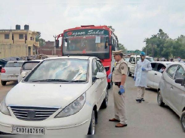पिंजौर दून और बद्दी बाॅर्डर पर वाहनों की चैकिंग करते पुलिस कर्मी। - Dainik Bhaskar