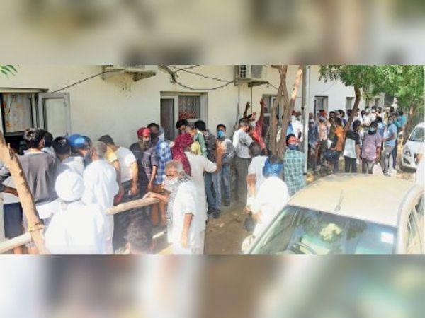सिविल अस्पताल में नशा छुड़ाओ केंद्र के बाहर लगी भीड़। - Dainik Bhaskar