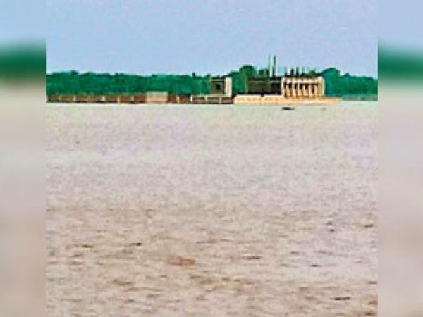 पानी में घिरा सिमरी बख्तियारपुर के कठडूमर का पावर ग्रिड। - Dainik Bhaskar