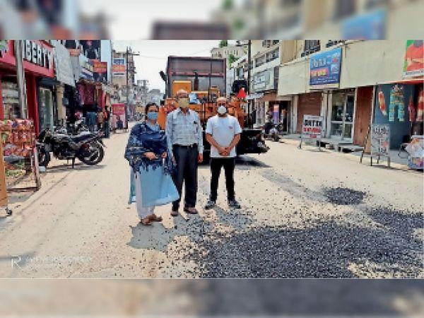 पैचवर्क की बजाए पूरी सड़क बनाने की मांग करतीं पूनम मानिक, अश्वनी बलग्गन व लक्की शर्मा। - Dainik Bhaskar