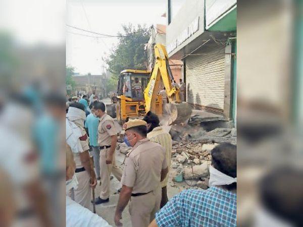कृष्णा कॉलोनी में नप की ओर से पुलिस की मौजूदगी में दुकानों के बाहर बने अवैध चबूतरे तोड़ती जेसीबी। - Dainik Bhaskar