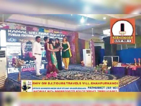 भाजपा नेता के स्वागत पैलेस में कराए कांटेस्ट में हिस्सा ले रही युवतियां और मौजूद प्रबंधक। - Dainik Bhaskar