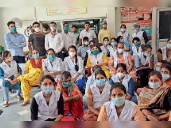 हैदरबादी अस्पताल के स्वास्थ्य कर्मी मांगाें काे लेकर धरने पर बैठे। - Dainik Bhaskar