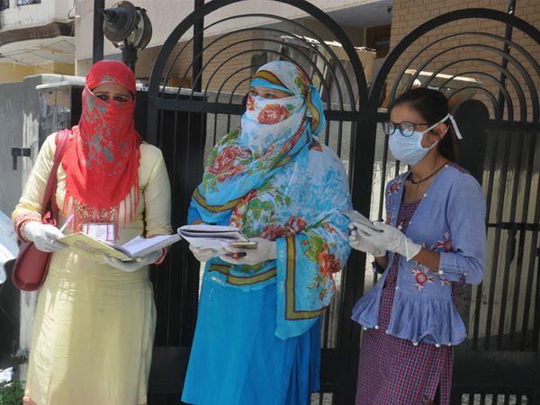करनाल शहर में कोरोना पॉजिटिव मरीज मिलने के बाद सर्वे और स्क्रीनिंग करने पहुंची स्वास्थ्य विभाग की टीम। - Dainik Bhaskar