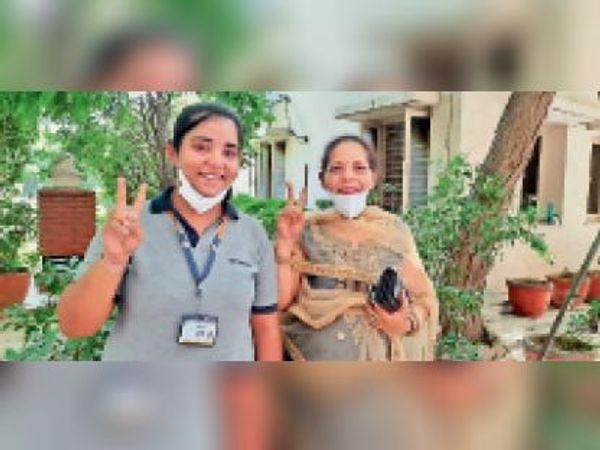 फरीदाबाद. सीबीएसई 12वीं कक्षा में 98.8 फीसदी अंक लाने वाली चरणजीत कौर अपनी मां के साथ। - Dainik Bhaskar